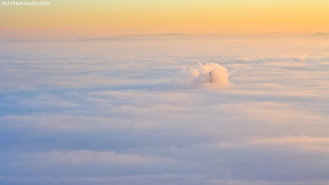Csak a Főtáv kémény lógott ki a Budapestet beborító ködből. Napkelte után.