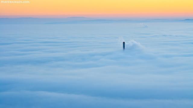 Csak a Főtáv kémény lógott ki a Budapestet beborító ködből. Napkelte előtt.