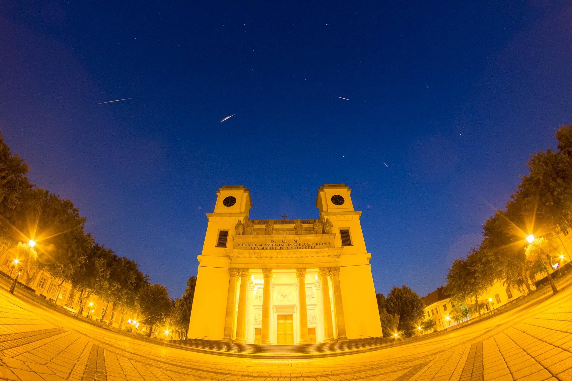 Perseida hullócsillagok a váci Dóm felett