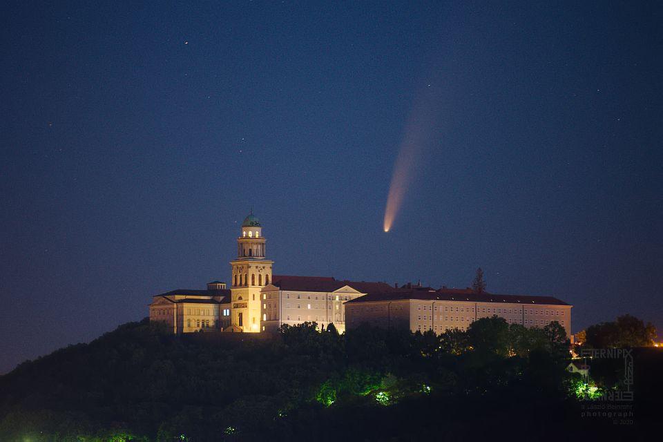 NEOWISE üstökös a Pannonhalmi Apátság felett
