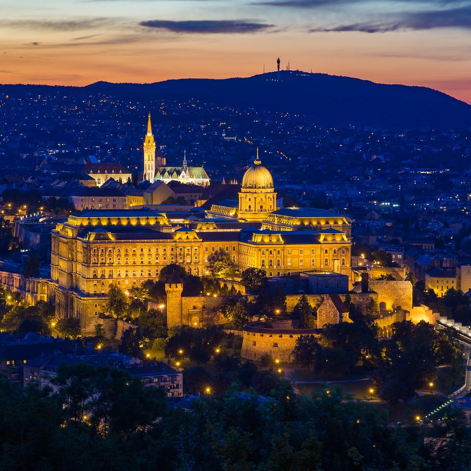 Budai Vár nyáron a Citadelláról a kék órában