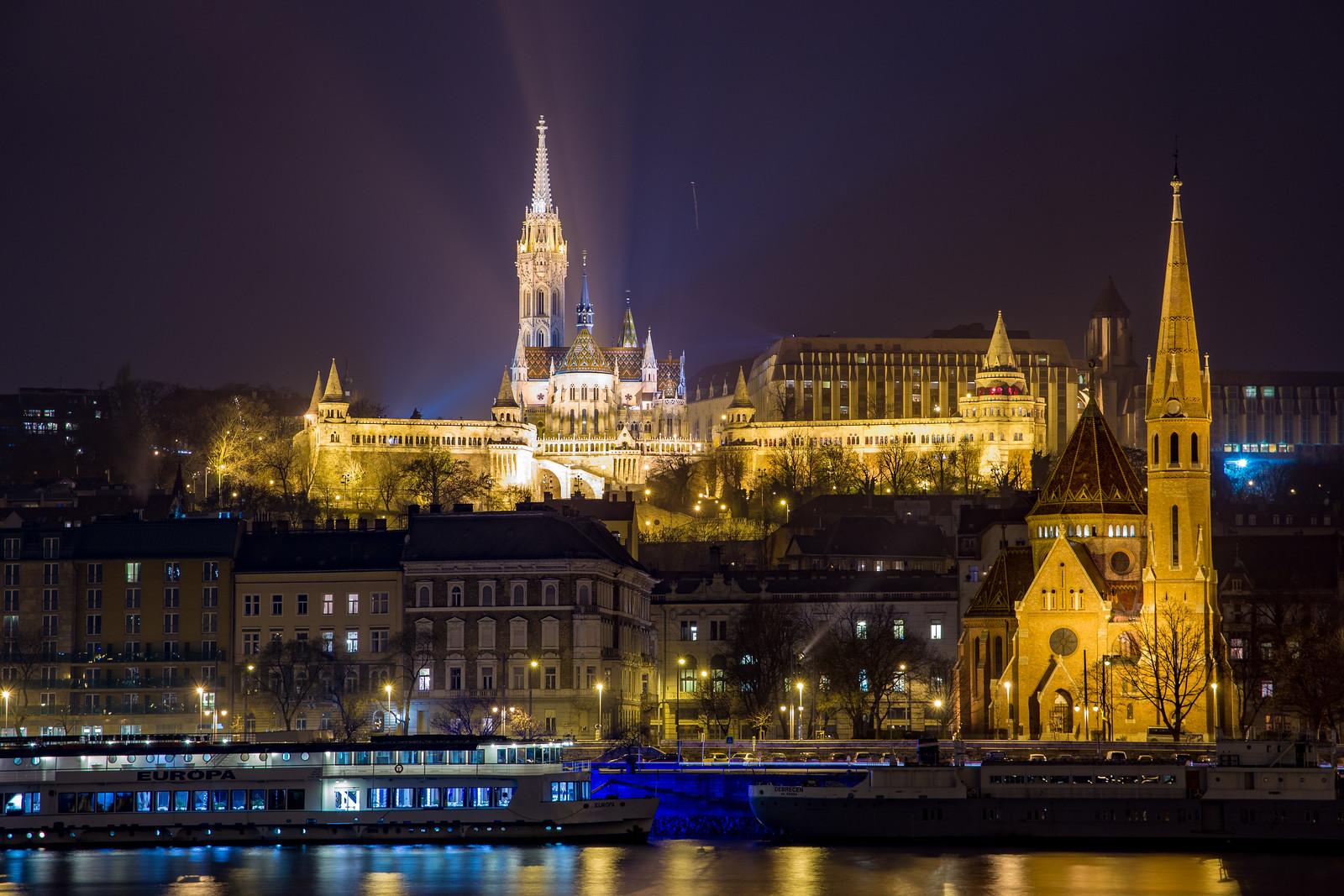 Halászbástya és Mátyás templom a Parlament mellől éjszaka