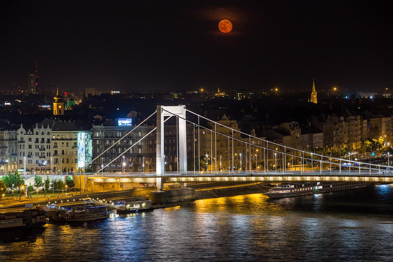 Holdkelte az Erzsébet-híd felett a Budai Várból