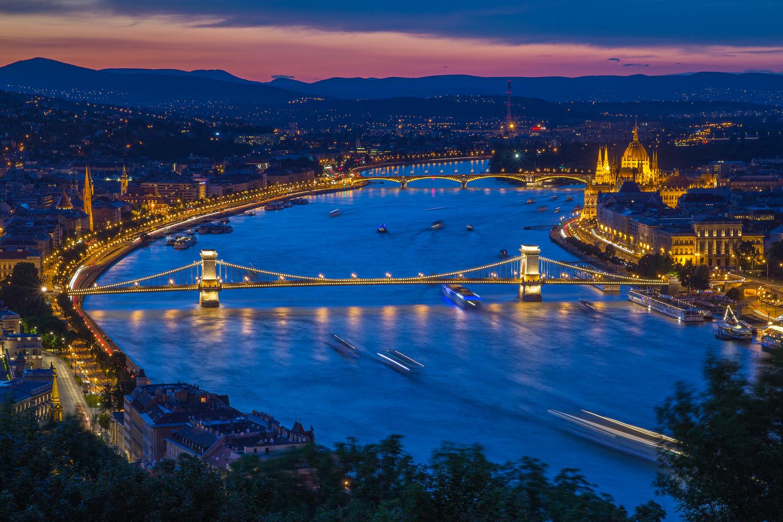 Lánchíd és Duna a Citadellától a kék órában