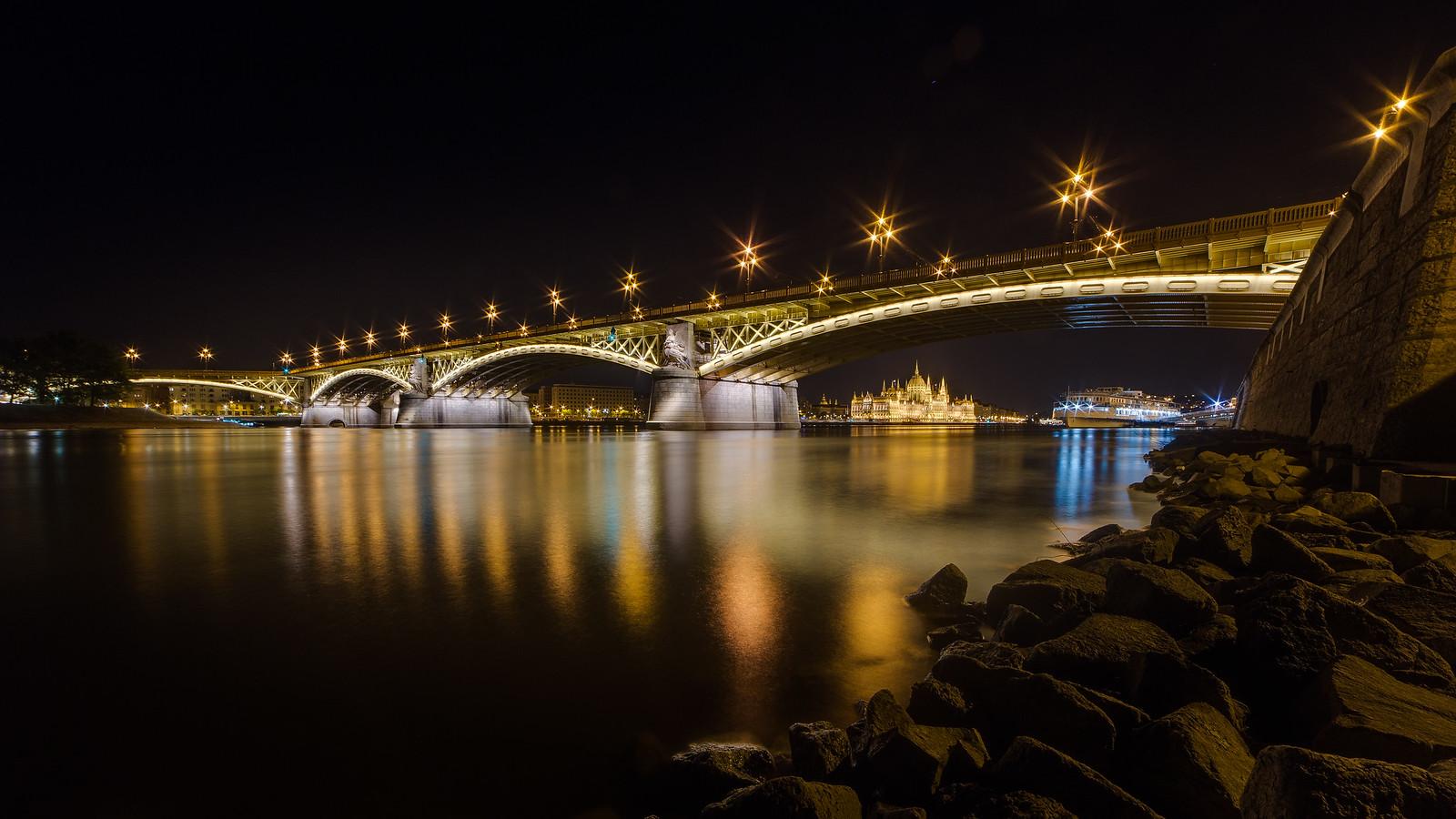 Margit híd és Parlament a budai oldalról, a Duna mellől