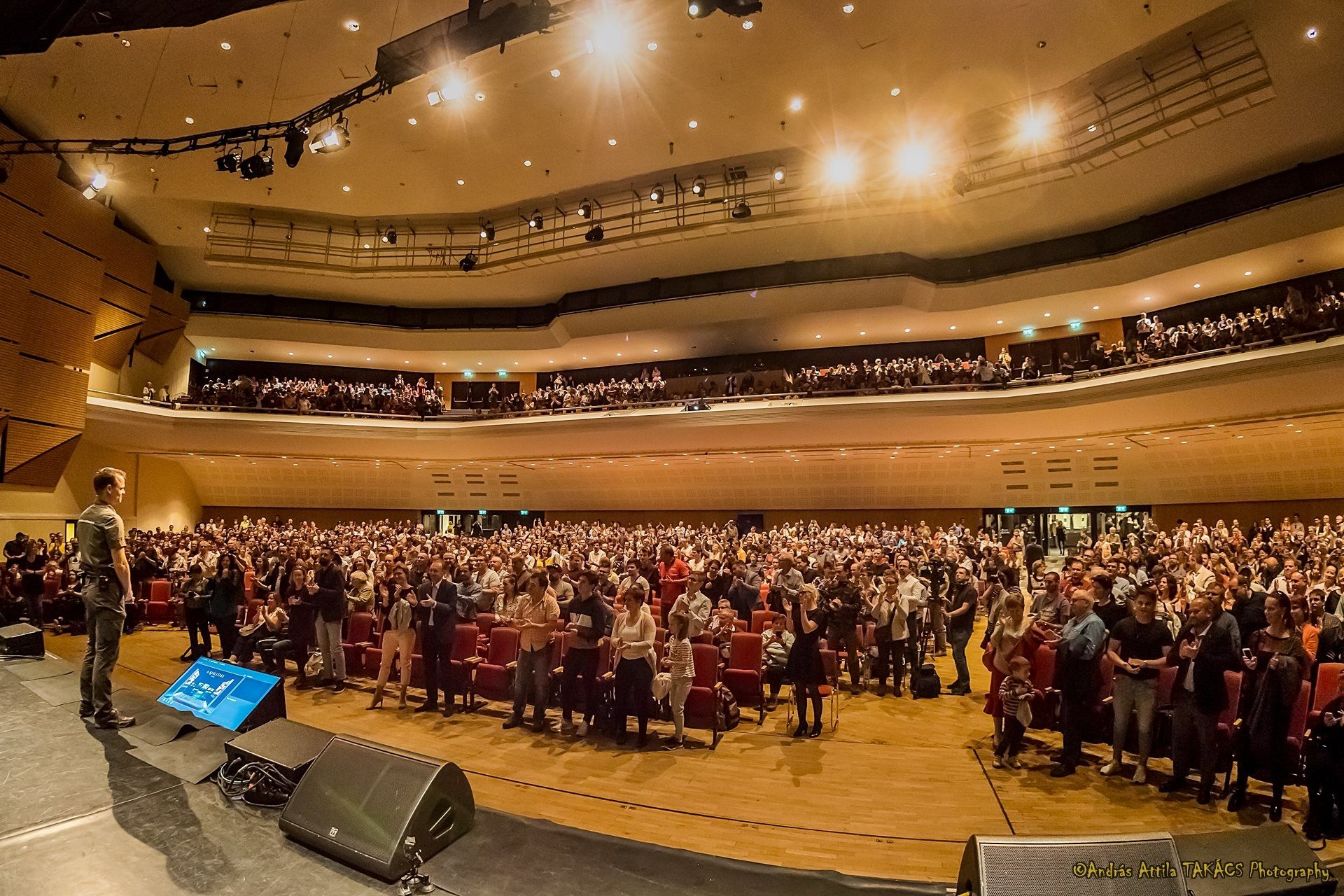 Máté Bence Vértelen Vadászat című előadása végén állva tapsolt a közönség