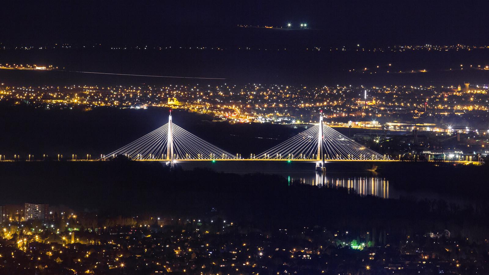 Megyeri híd éjjel a Hármashatér hegyről, a siklóernyős ugróhelyről