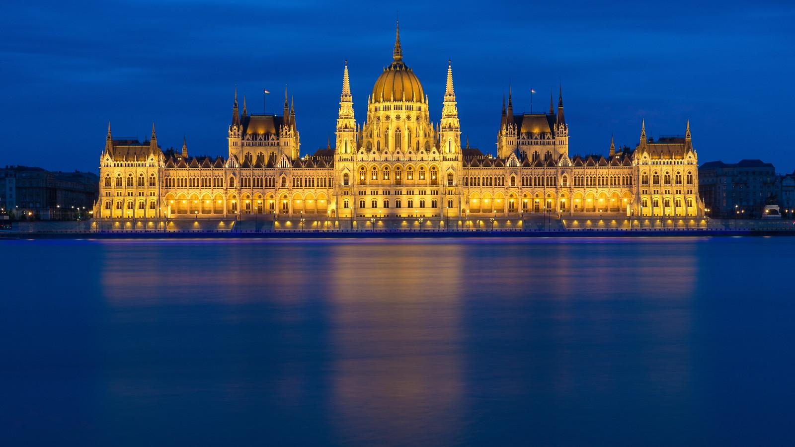 Parlament a kék órában a budai oldalról, extrém hosszú záridővel (65 mp). 5db 13 másodperces expó átlagolva. Sony RX100 M3