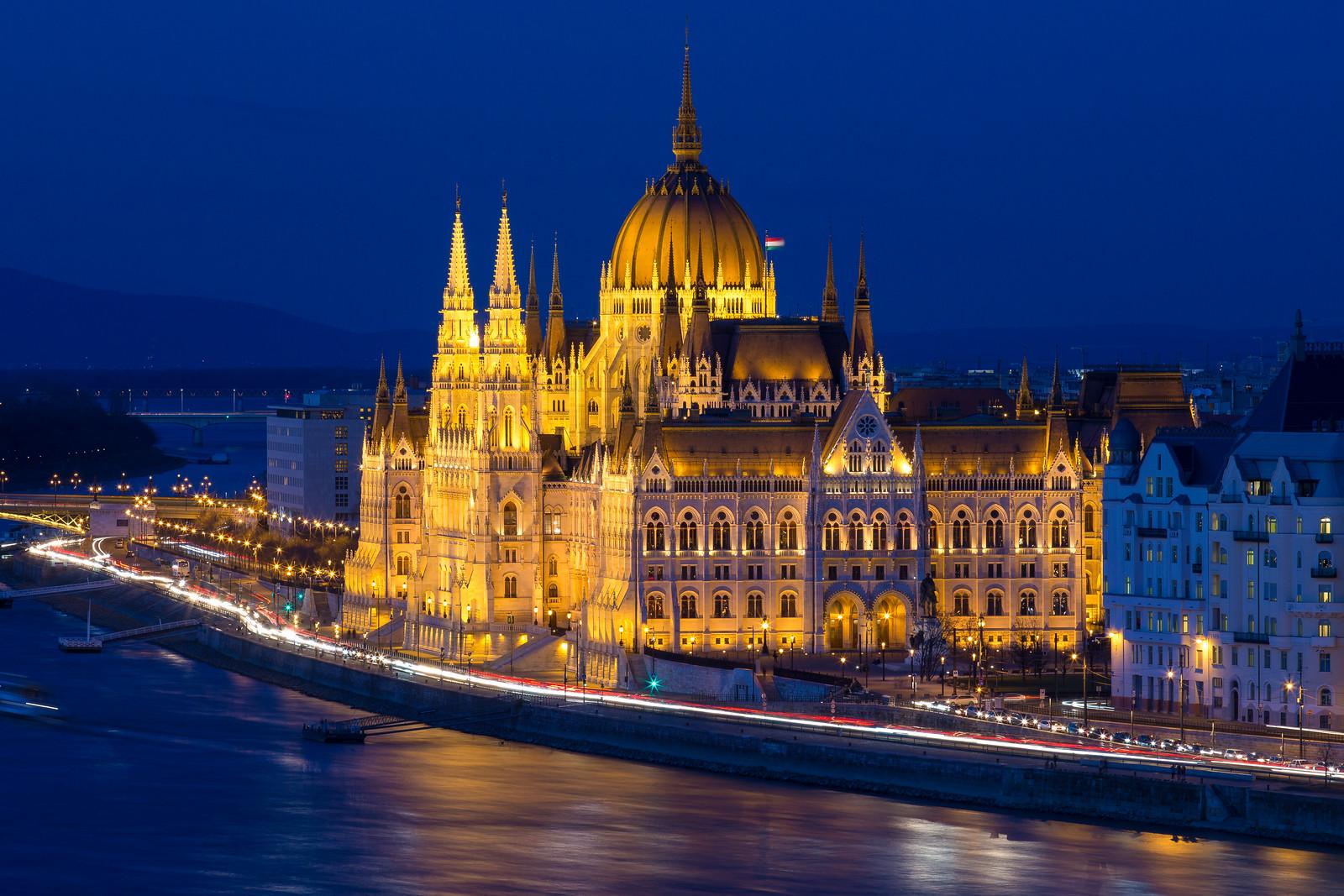 Parlament a kék órában a Budai várból fotózva