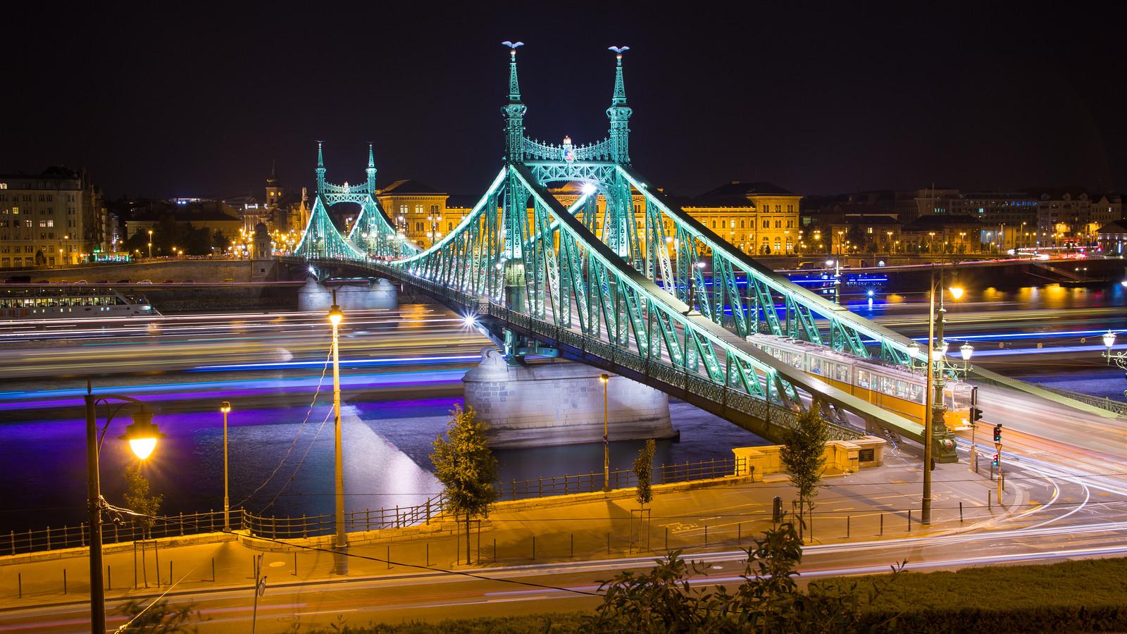 Szabadság híd és a villamos fénycsíkja