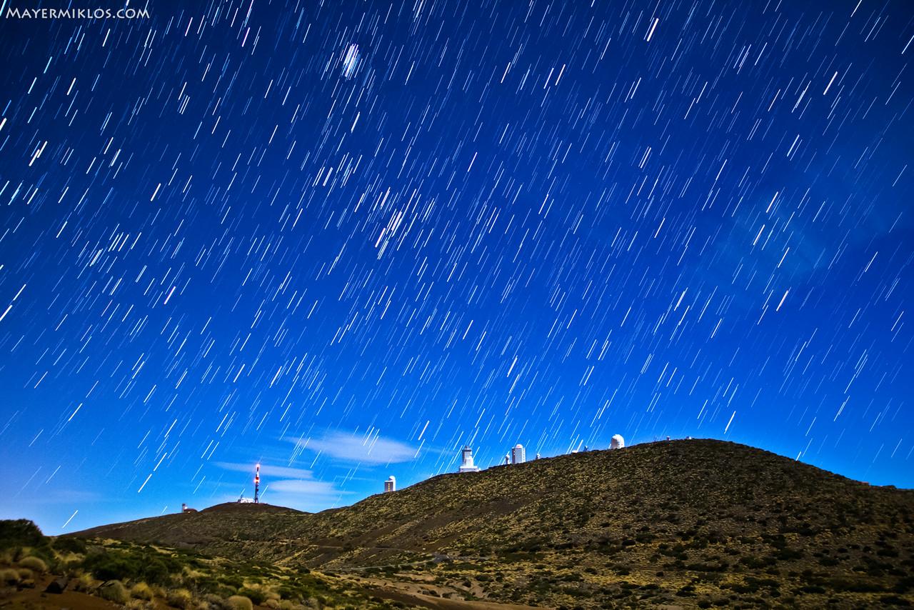 Csillagcsíkok a tenerifei obszervatóriumok felett