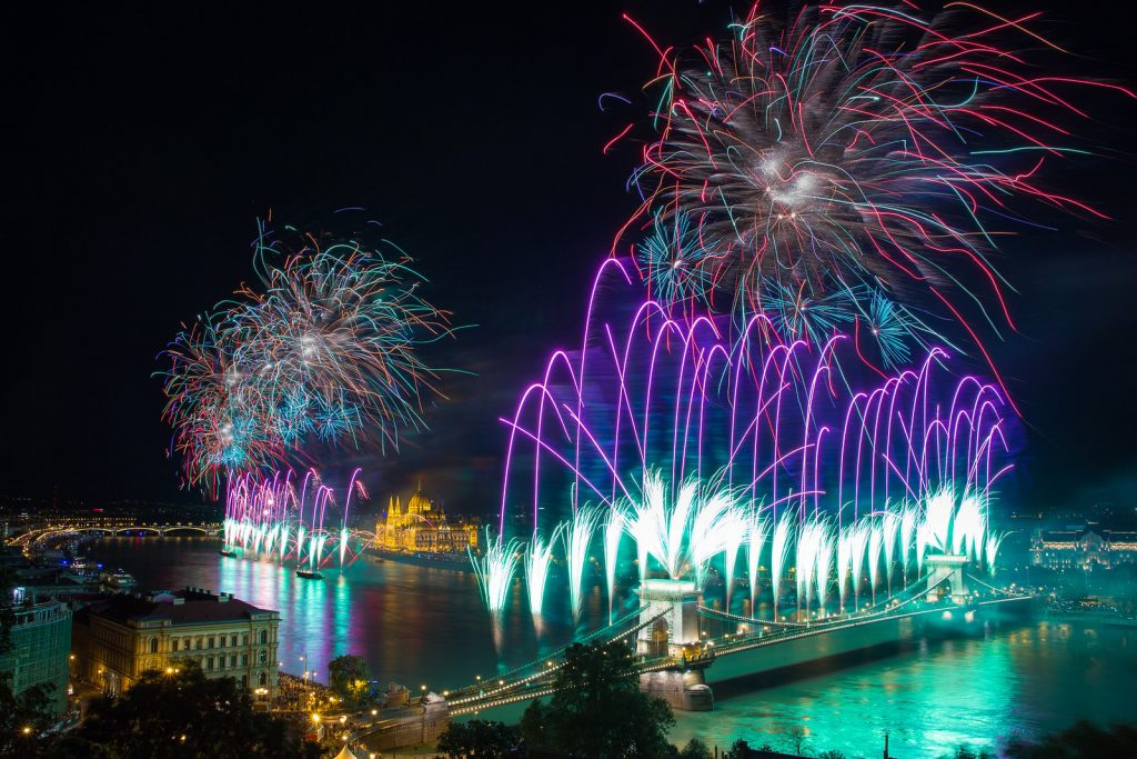 Augusztus 20-i tűzijáték a Budai Vár faláról fotózva