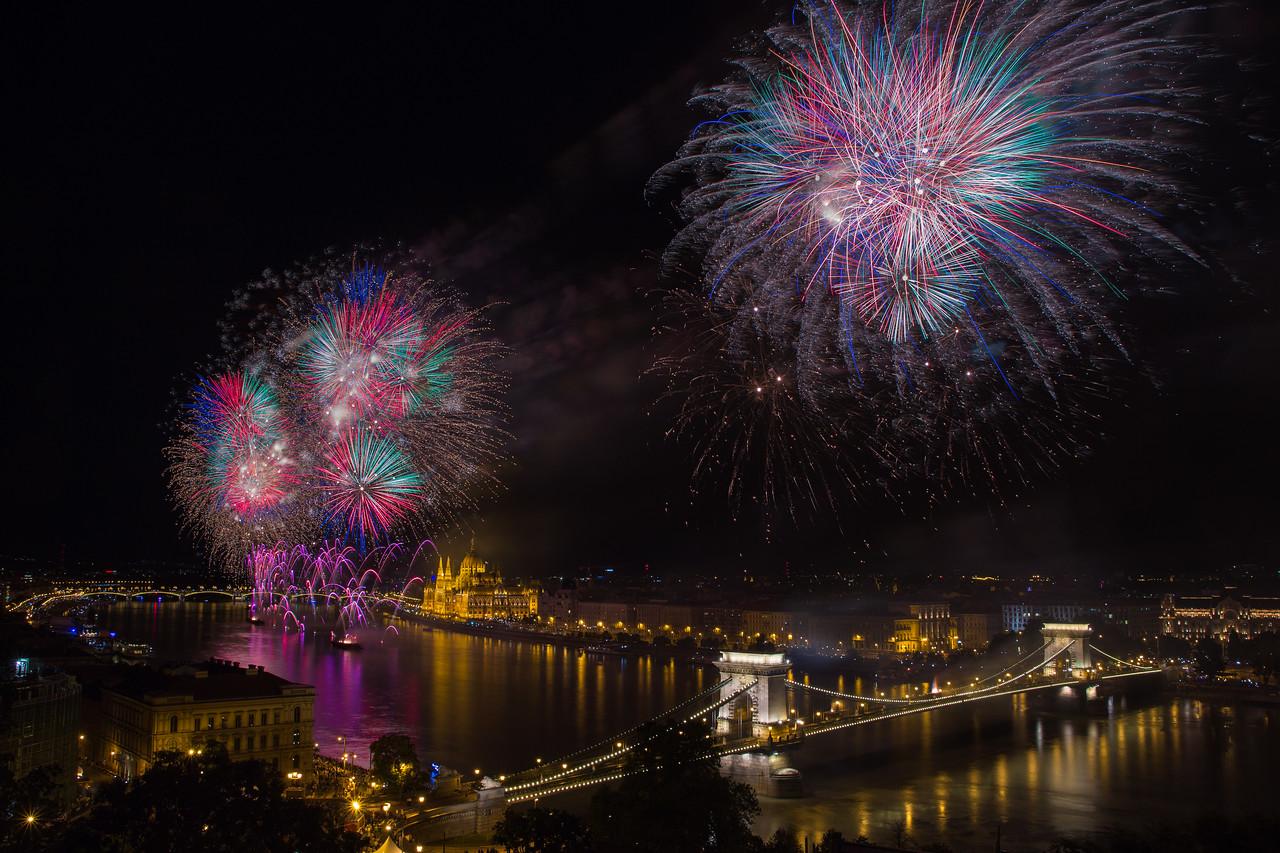 Tűzijáték Budapesten, több expó összerakva