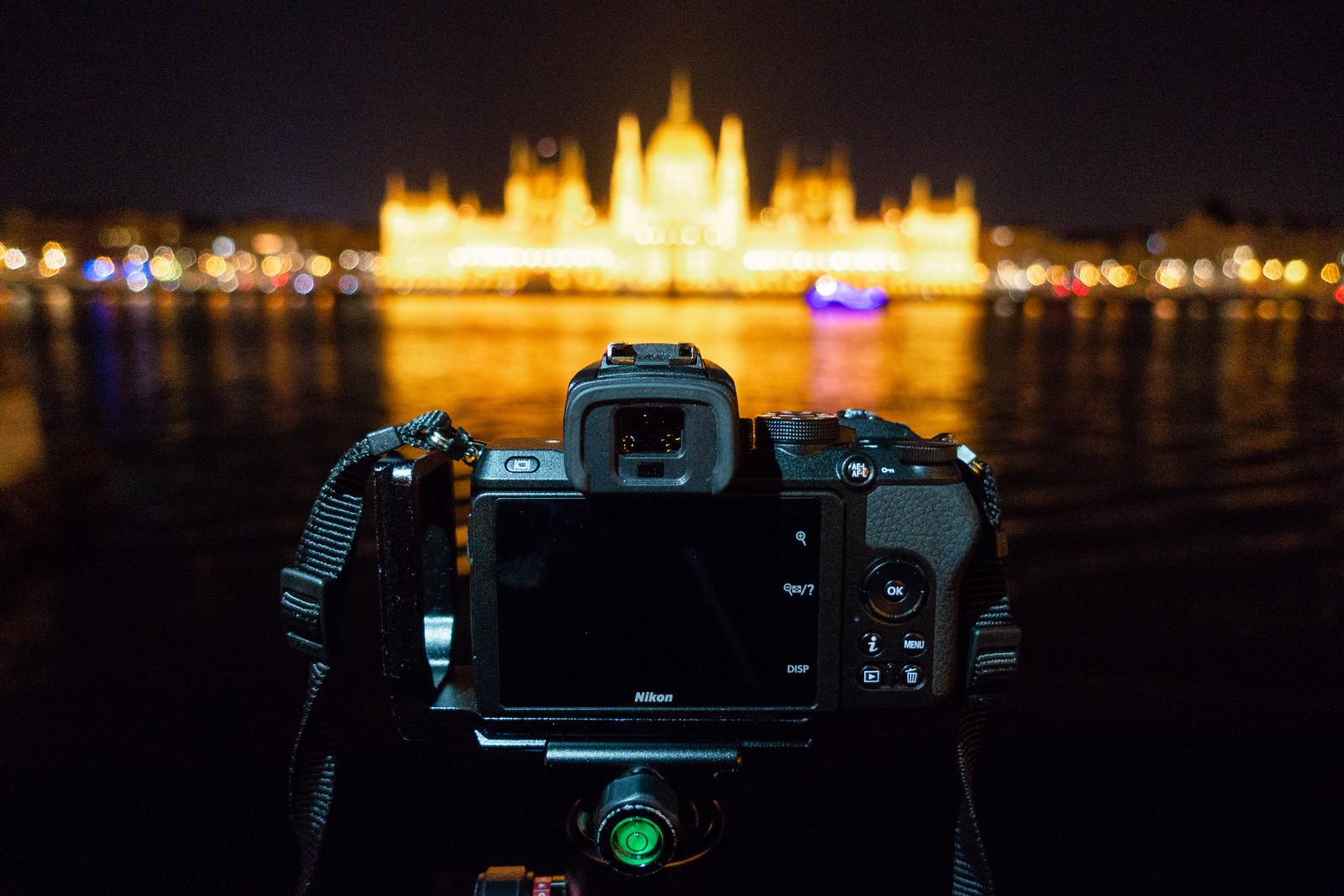 Éjszakai fotózás Budapesten a Parlamenttel szemben