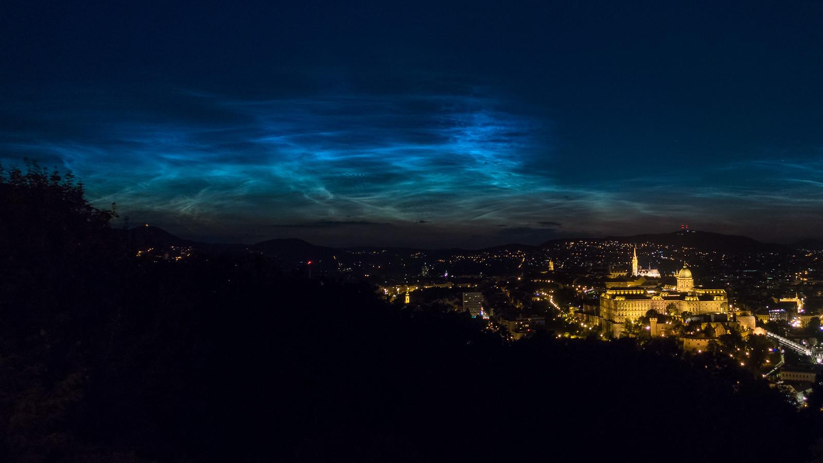éjszakai világító felhők a Budai Vár felett