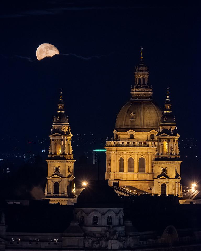 A felkelő Hold a Bazilika mögött