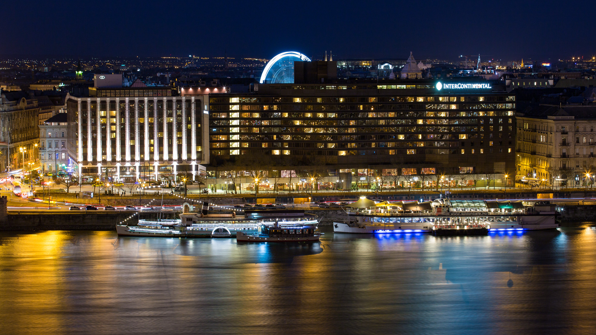 sofitel és intercontinental szállodák a Duna mellett éjjelszá