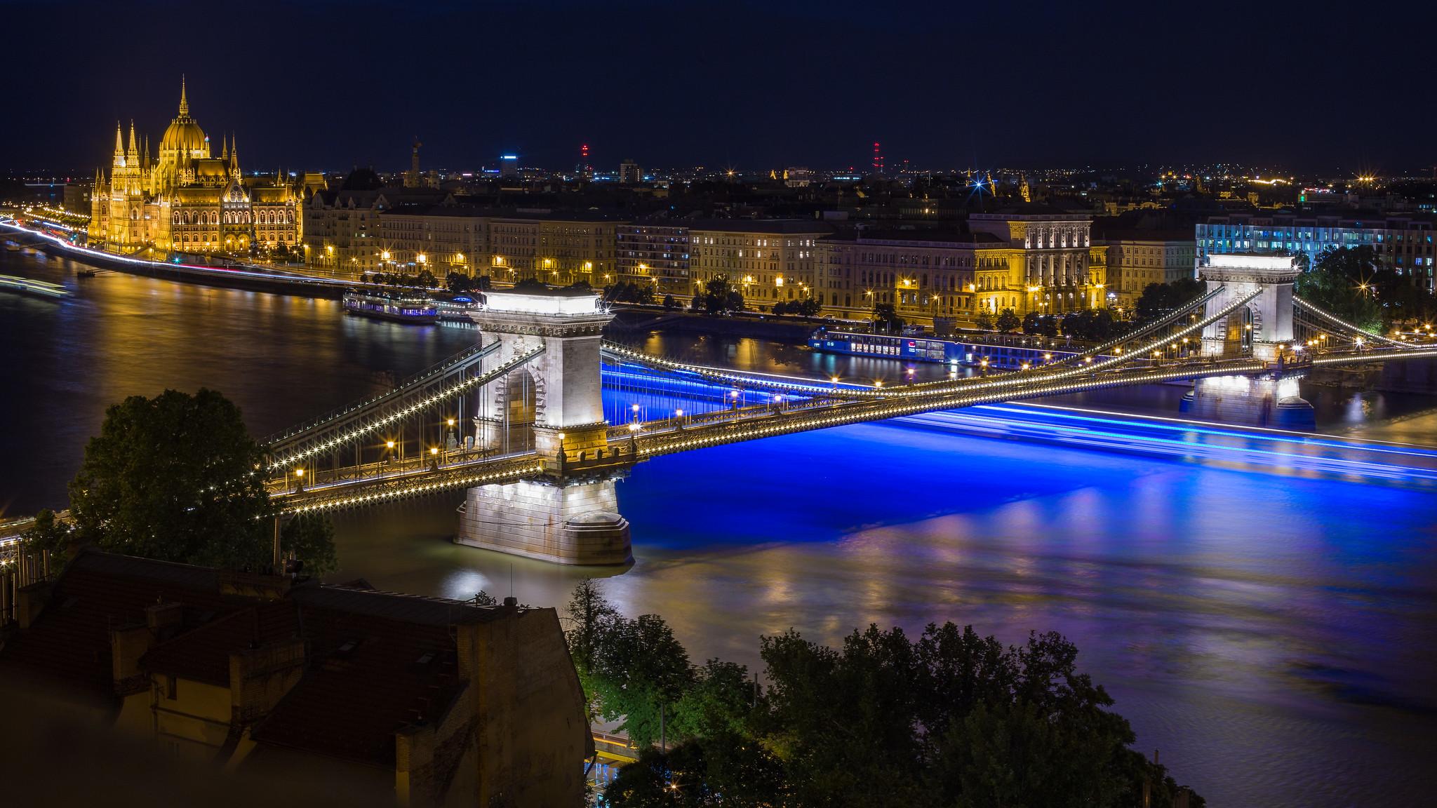 Lánchíd éjszaka a Budai Várból kék hajóval