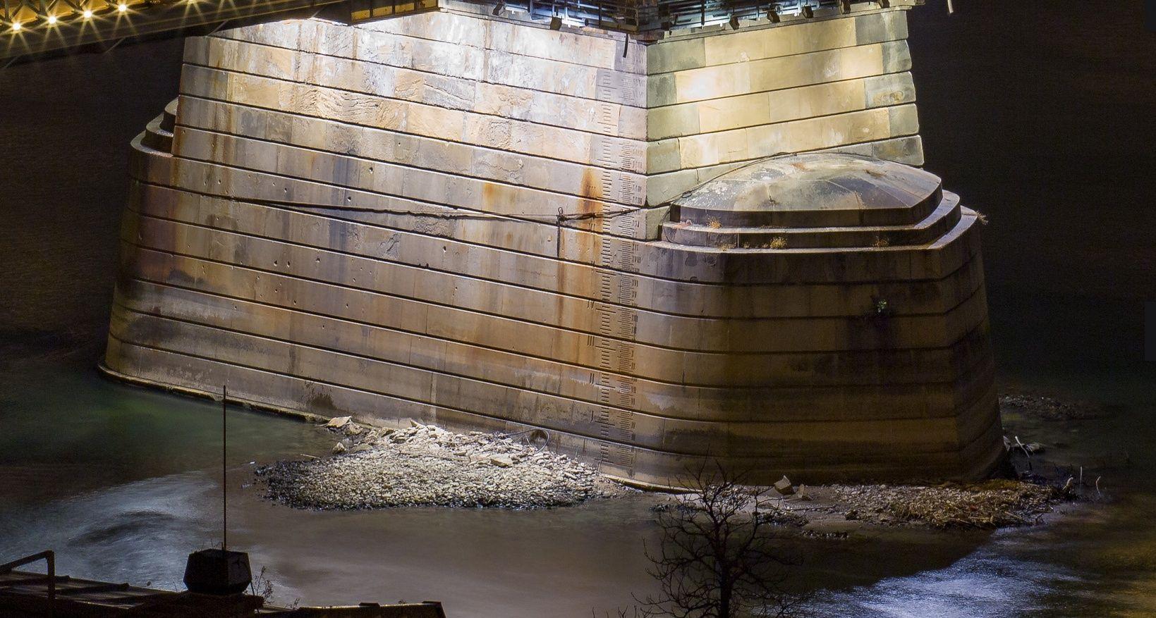 Lánchíd budai pillérje kilátszik a vízből
