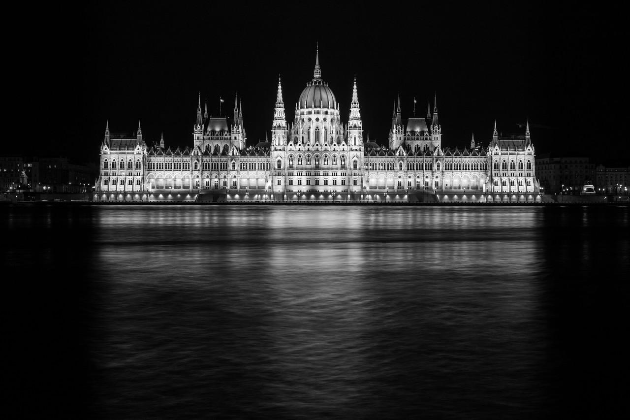 Parlament éjjel fekete fehérben tükörképpel