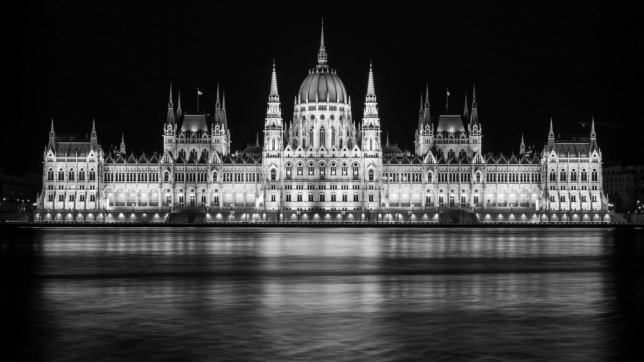 Parlament éjjel fekete fehérben tükörképpel vágott verzió