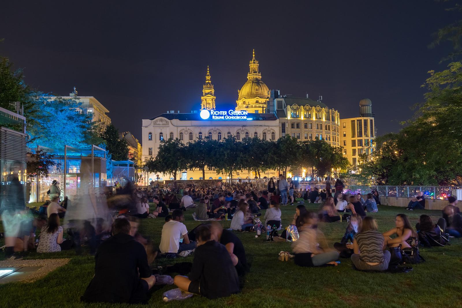 Fiatalok gyülekeznek az Erzsébet téren egy meleg nyári estén