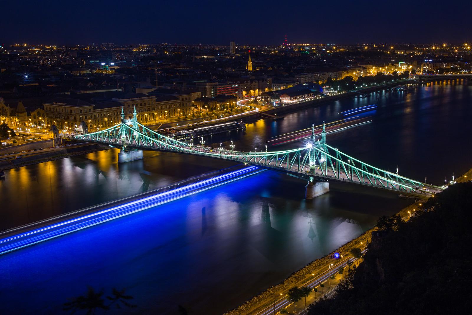 hajók fénycsíkjai a szabadság híd alatt