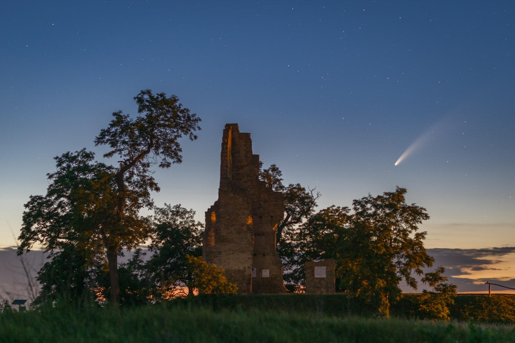 neowise üstökös a zleméri templomrom felett
