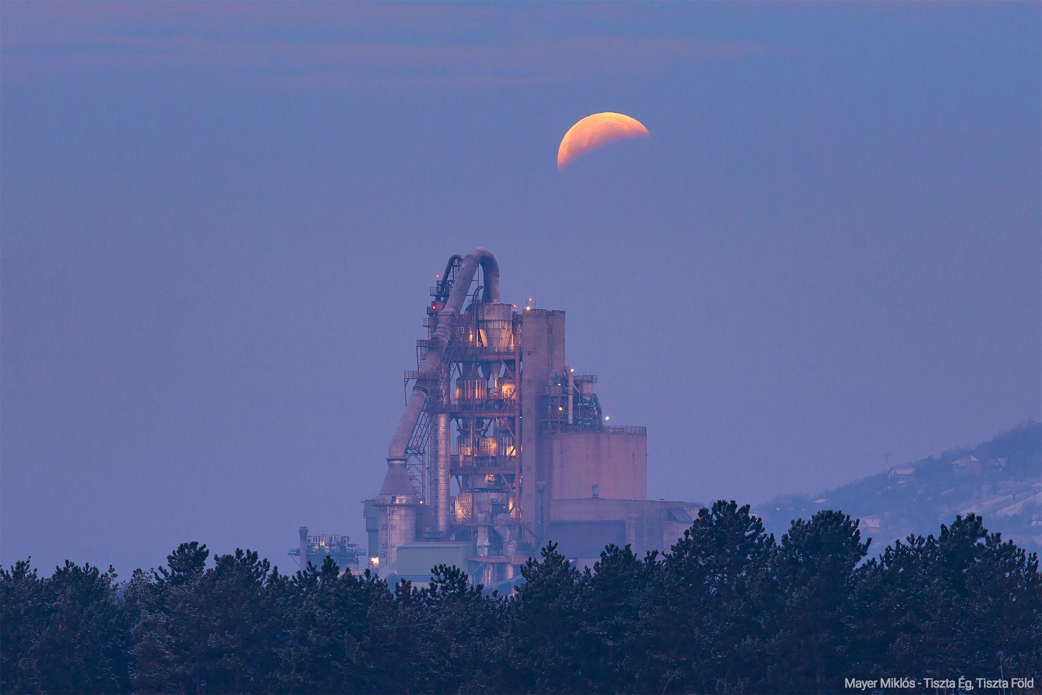 Holdfogyatkozás Hold félárnyékban a váci DCM felett