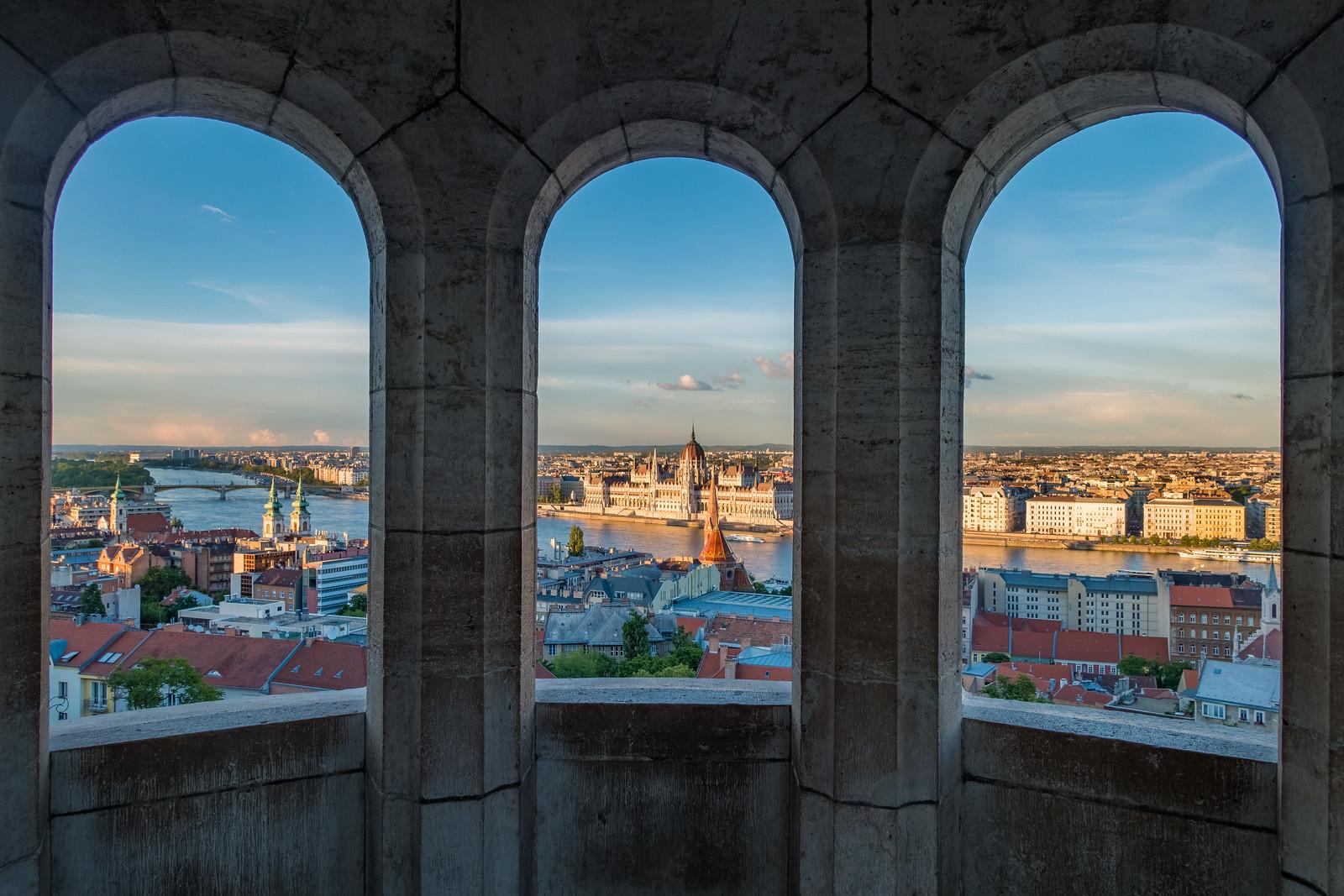 Budapest a Halászbástya ablakain át