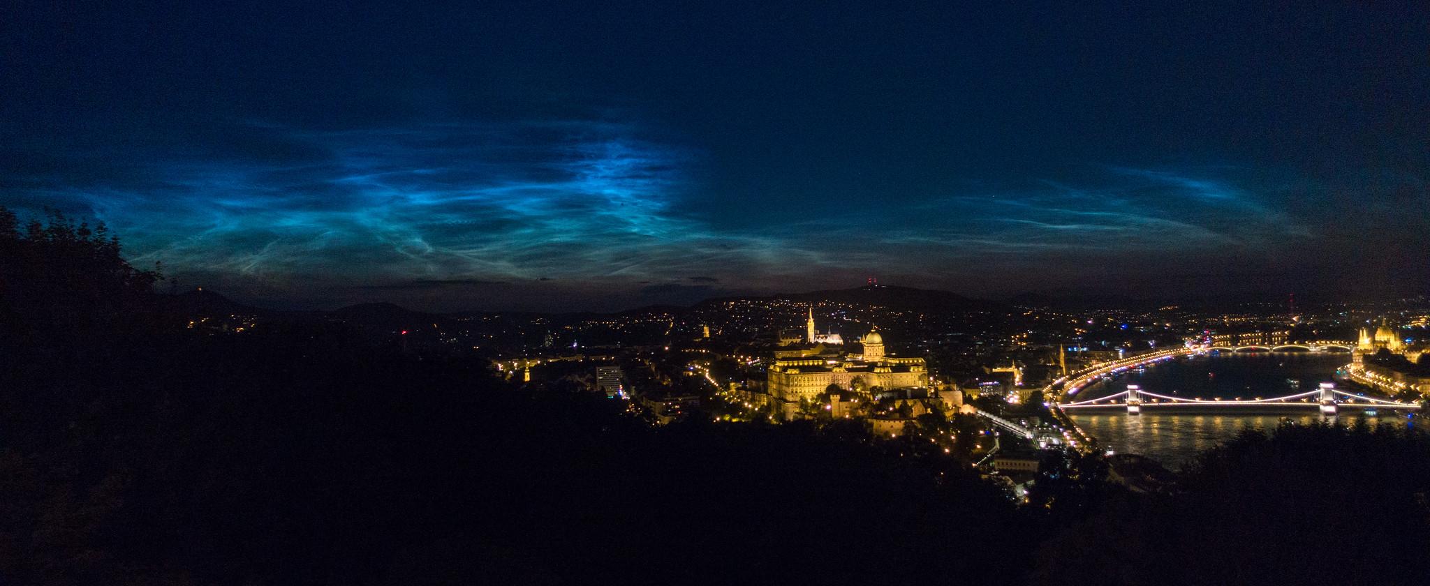 éjszakai világító felhők Budapest felett