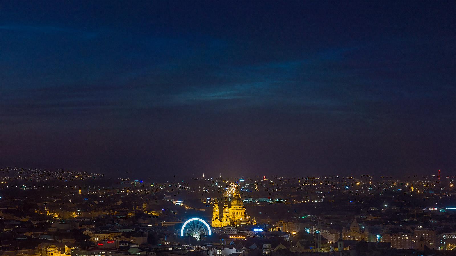 közelkép a világító felhőkről Budapest felett a Citadelláról fotózva